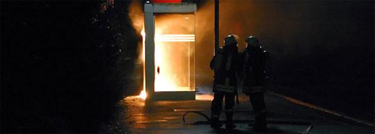 Bild: Brennendes Wartehäuschen am Bahnhof in Dirmingen
