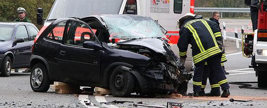 Bild: Drei Menschen zum Teil schwer verletzt: Frontalzusammenstoß auf der Autobahnauffahrt zur A1