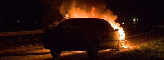 Bild: Brennendes Fahrzeug auf der Autobahn A1
