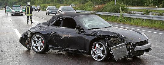 Bild: Verkehrsunfall auf der Autobahn: Porsche kracht in Leitplanke