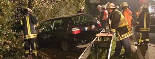 Bild: Spektakulärer Verkehrsunfall auf der B10 - Fahrzeug landet auf Dach
