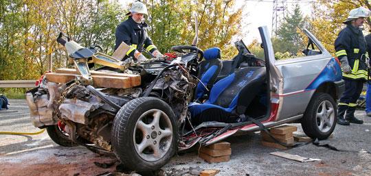 Bild: Schwerer Verkehrsunfall zwischen Bubach und Lebach - Feuerwehr muss schwerverletzte Fahrerin aus ihrem Fahrzeug befreien