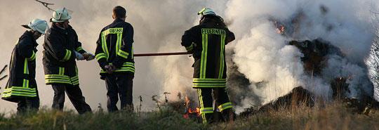 Bild: Dichter Rauch zog über den Ort - Heuhaufen brannte in Humes