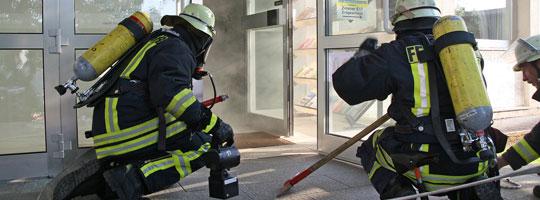 Bild: Feuerwehr löscht Brand im Rathaus - Gemeinsame Übung der Löschbezirke Wiesbach und Eppelborn