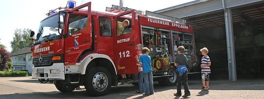 Bild: Feuerwehr zu Gast in der Schule - Grundschüler lernten das richtige Verhalten im Brandfall