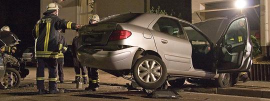 Bild: Verkehrsunfall in der Kossmannstraße: Junger Fahrer prallt auf geparkte Fahrzeuge