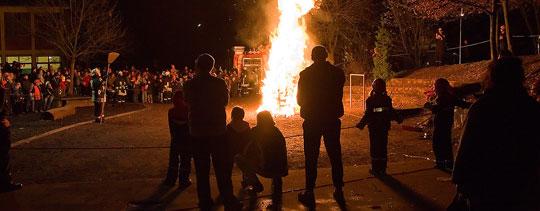 Bild: Tatkräftige Unterstützung beim Martinsfeuer in Eppelborn