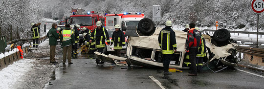 Bild: Schwerer Verkehrsunfall auf der Autobahn: Fahrer wurde aus Fahrzeug geschleudert und eingeklemmt