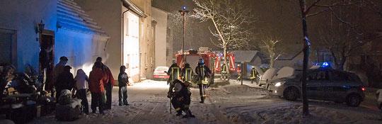 Bild: Einsatz im dichten Schneetreiben - Feuerwehr muss zu Zimmerbrand ausrücken