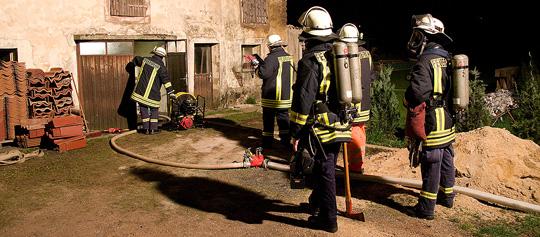 Bild: Feuer in einem leerstehenden Haus - Brand löschte sich fast von selbst