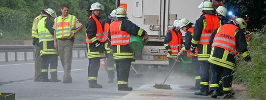 Bild: Lastzug verlor Motoröl auf der Autobahn - Feuerwehreinsatz nach Motorschaden