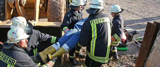 Bild: Bagger gegen Pkw - Löschbezirk Eppelborn übte die Rettung eingeklemmter Personen