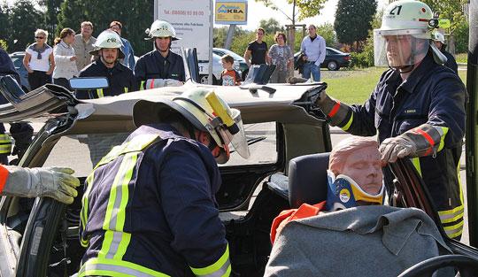 Bild: Großeinsatz im Gewerbegebiet  - Feuerwehr meistert Aufgaben an Jahresabschlussübung