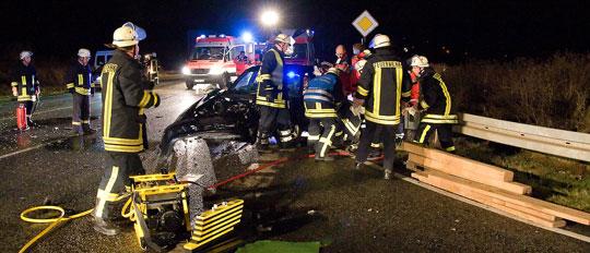Bild: Feuerwehr musste eingeklemmten Fahrer nach Verkehrsunfall befreien