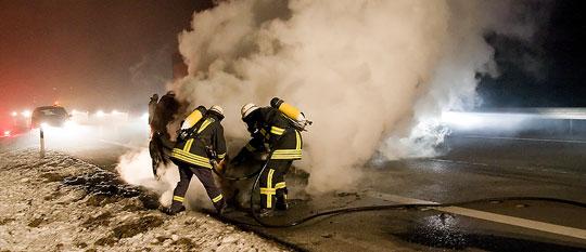 Bild: Fahrzeug brannte auf der Autobahn A1 zwischen Eppelborn und Illingen