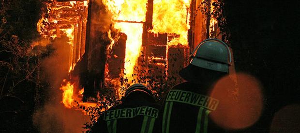 Bild: Gartenhaus ging nach Blitzschlag in Flammen auf