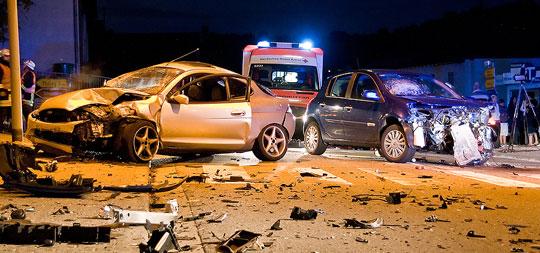 Bild: Zwei Fahrzeuge kollidieren in der Ortsmitte von Dirmingen