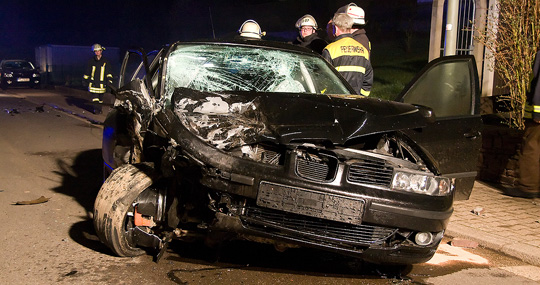 Bild: Zusammenstoß mit geparktem Fahrzeug: Zwei Verletzte nach Verkehrsunfall in der Weihereckstraße