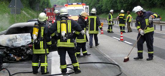 Bild: Fahrzeug geht nach Auffahrunfall auf der Autobahn in Flammen auf