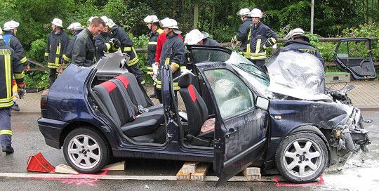 Bild: Feuerwehr musste Rentnerin nach Verkehrsunfall aus ihrem Fahrzeug befreien