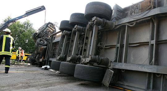 Bild: Umgestürzter Sattelzug blockierte Autobahn bei Eppelborn