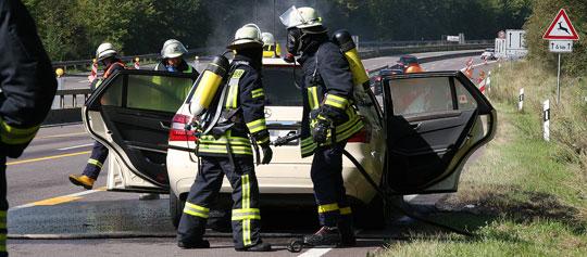 Bild: Taxi gerät während der Fahrt in Brand