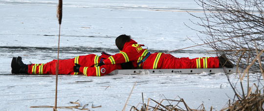 Bild: Gefährliches Eis - Feuerwehr und DLRG übten Eisrettung