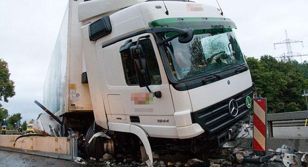 Bild: 40-Tonner verunglückt in Autobahnbaustelle