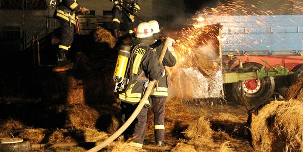 Bild: Anhänger mit Strohballen stand in Flammen