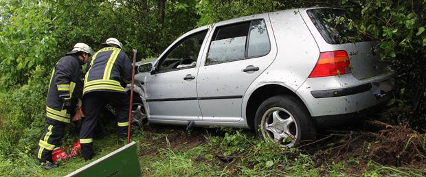 Bild: Pkw auf Autobahn abgedrängt - Fahrer schwer verletzt