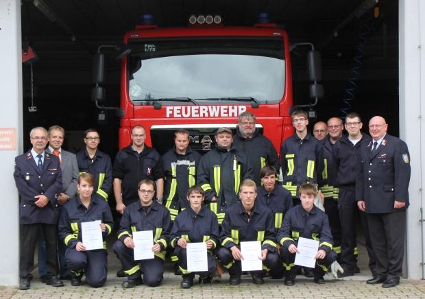 Bild: Feuerwehrleute schließen erfolgreich ihre Grundausbildung ab