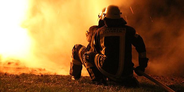 Bild: Feuer vernichtet Vereinshütte in Dirmingen