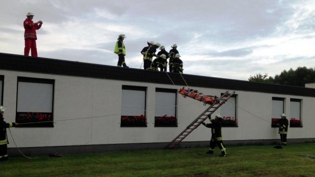 Bild: Gemeinschaftsübung von Löschbezirk und Deutschem Roten Kreuz Habach