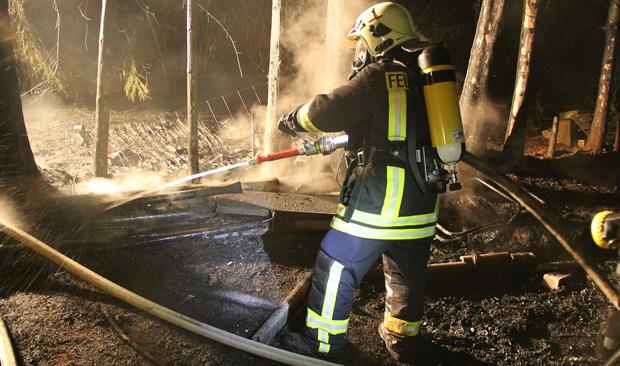 Bild: Ursache unklar: Hütte brannte in Humes komplett nieder