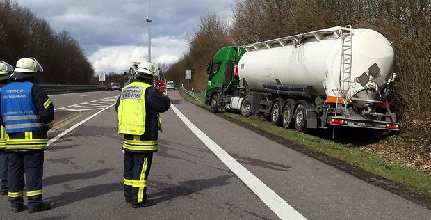 Bild: Sattelzug verliert Kraftstoff nach Kollision mit den Leitplanken