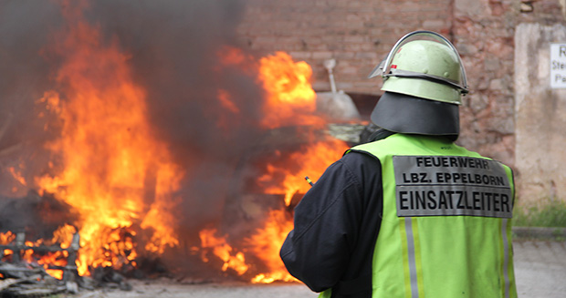 Bild: Pkw und Holzpaletten brannten im Hinterhof