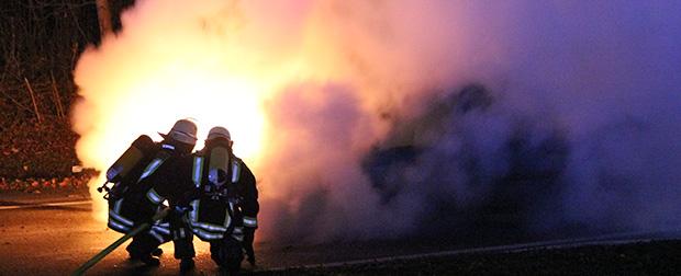 Bild: Peugeot geht auf der Autobahnabfahrt in Flammen auf