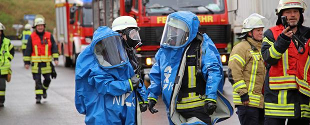 Bild: Gefahrgutunfall bei Spedition in Neunkirchen - Feuerwehr kann Umweltschaden verhindern